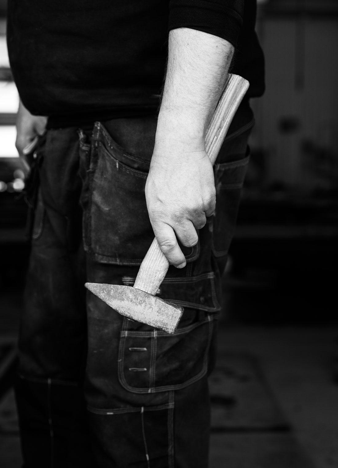 En steinhogger som holder en hammer i hånden