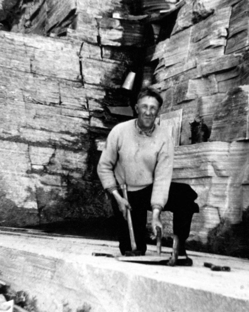 En skiferhugger i steinbruddet på Oppdal på 1920-tallet