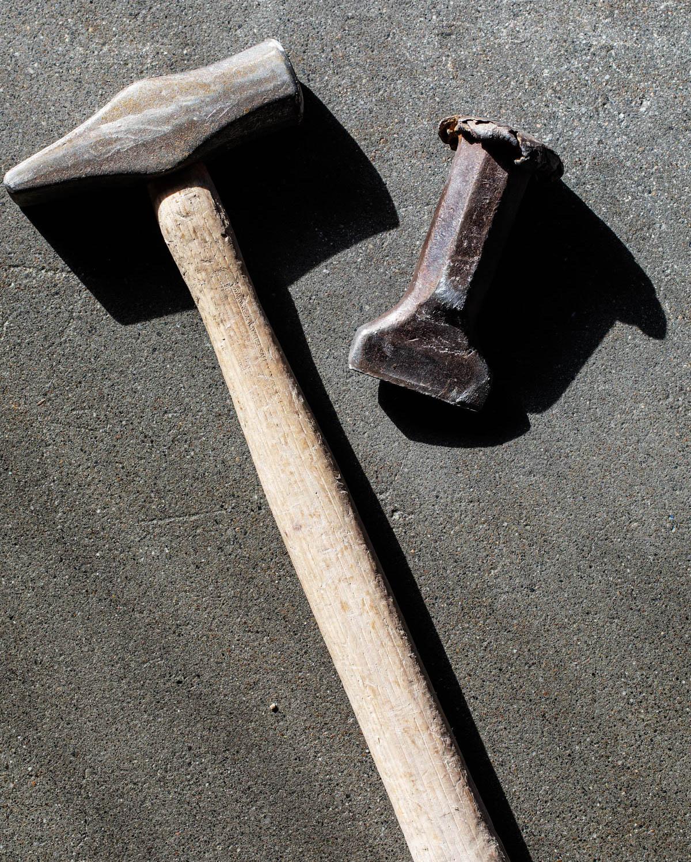En hammer og meisel ligger på en skiferplate av ly Oppdalskifer. dette er verktøy som brukes for å tilpasse for eksempel bruddheller