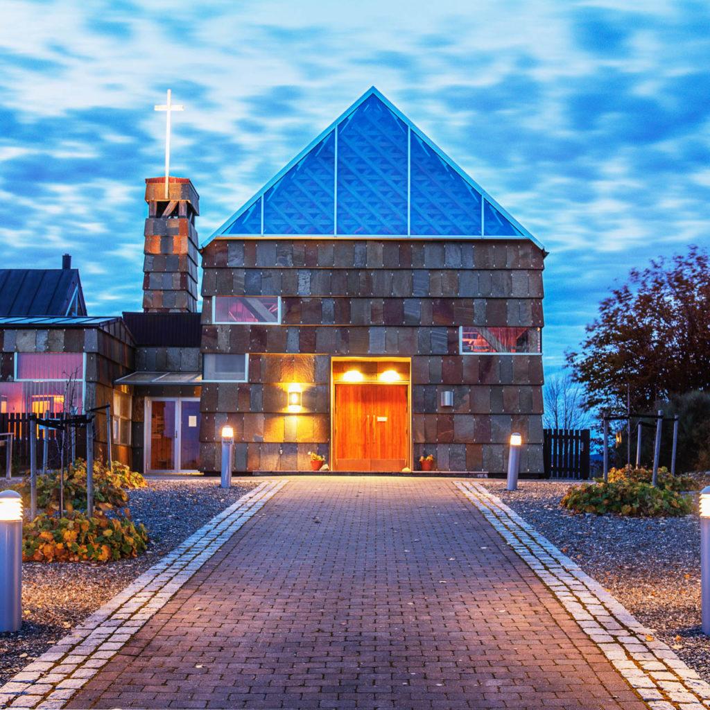 Tautra Mariakloster med fasadeskifer i brun skifer fra Otta Pillarguri og glasstak. Skiferplatene har farge av gylden rust.