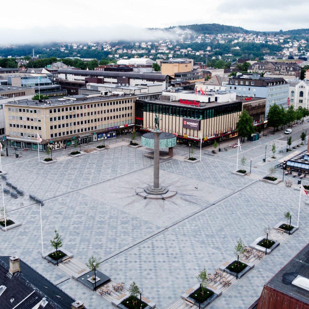 Offerdal uteflis av grå skifer som danner et mønster på det nye Torvet i Trondheim rundt statuen av Olav Trygvasson.
