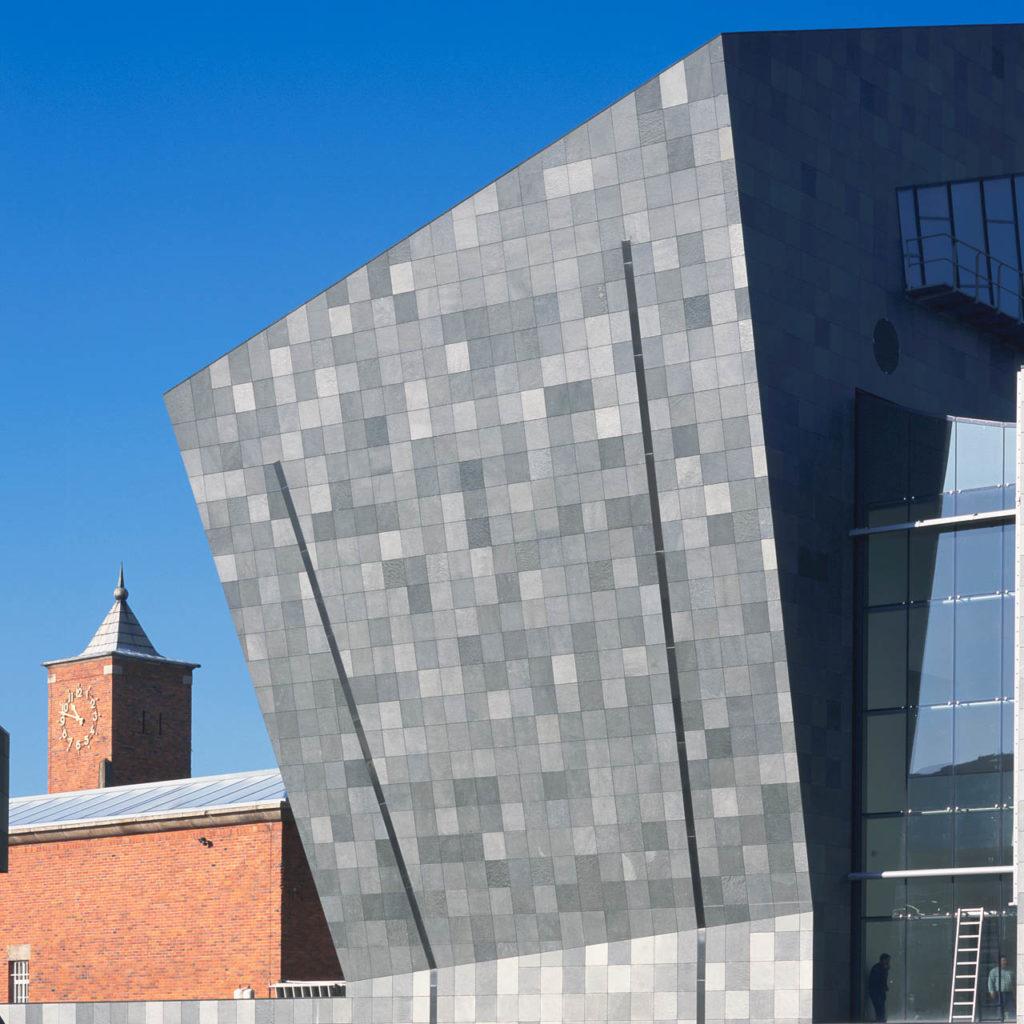 Fasadeskifer i grå skifer fra fra Offerdalskifer på en moderne fasade  på Vanabbe Museum i Nederland.